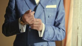 Las manos masculinas corrigieron mancuernas almacen de metraje de vídeo