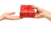 Las manos masculinas dan un regalo de Navidad imagenes de archivo