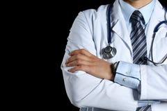 Las manos masculinas del doctor del terapeuta de la medicina cruzaron en su pecho Imágenes de archivo libres de regalías