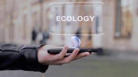 Las manos masculinas muestran en la ecología conceptual del holograma de HUD del smartphone almacen de metraje de vídeo