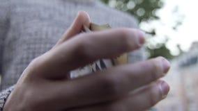 Las manos masculinas muestran a truco con tarjetas almacen de metraje de vídeo