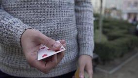 Las manos masculinas muestran truco con una cubierta de tarjetas almacen de video