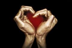 Las manos masculinas plegable en la dimensión de una variable del corazón Fotos de archivo