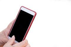 Las manos mayores de la mujer de Asia tocan la pantalla vacía móvil, usando el dispositivo elegante del teléfono Fondo aislado Foto de archivo