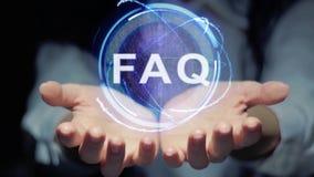 Las manos muestran el FAQ redondo del holograma almacen de video