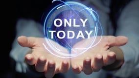 Las manos muestran el holograma redondo solamente hoy metrajes