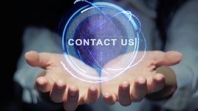 Las manos muestran que el holograma redondo nos entra en contacto con metrajes
