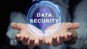 Las manos muestran seguridad de datos redonda del holograma almacen de video