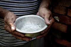 Las manos pobres del viejo hombre sostienen un cuenco vacío El concepto de hambre o de pobreza Foco selectivo Pobreza en el retir foto de archivo