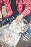 Las manos ponen pedazos de carne en parrilla de la barbacoa Foto de archivo libre de regalías
