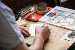 Las manos que dibujan, fondo artístico de los viejos hombres foto de archivo
