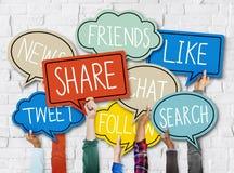 Las manos que llevan a cabo discurso colorido burbujean medios concepto social