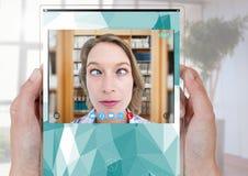 Las manos que llevan a cabo la charla video social de cristal App interconectan foto de archivo