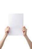 Las manos que sostienen A4 empapelan, aislado en blanco Foto de archivo libre de regalías