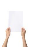 Las manos que sostienen A4 empapelan, aislado en blanco Fotos de archivo libres de regalías