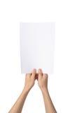 Las manos que sostienen A4 empapelan, aislado en blanco Imagen de archivo