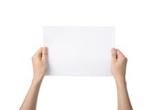 Las manos que sostienen A4 empapelan, aislado en blanco Imagen de archivo libre de regalías