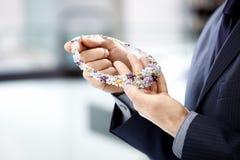 Las manos que sostienen una joya Fotografía de archivo libre de regalías