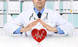 Las manos se cuidan protegen el símbolo del corazón, seguro médico médico fotografía de archivo