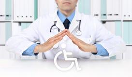 Las manos se cuidan protegen símbolo de la silla de ruedas imagenes de archivo