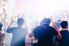 Las manos sirven para arriba aumentada la adoración a dios Foto de archivo