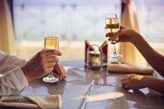 Las manos sirven y mujer con los vidrios de champán Imágenes de archivo libres de regalías