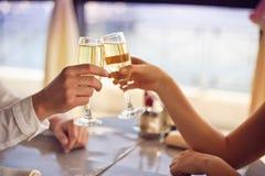 Las manos sirven y mujer con los vidrios de champán Imagenes de archivo