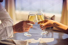 Las manos sirven y mujer con los vidrios de champán Imagen de archivo