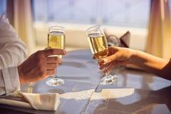 Las manos sirven y mujer con los vidrios de champán Fotos de archivo