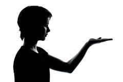 Las manos vacías de una silueta del adolescente se abren Imagen de archivo