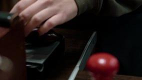 Las manos vierten el café de Grinded de la amoladora de café almacen de metraje de vídeo