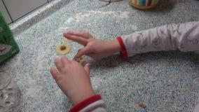 Las manos y la pasta de los niños con la harina en una tabla Galletas de la Navidad que cuecen, dulces almacen de metraje de vídeo