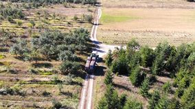 Las manzanas cultivan un huerto tractor
