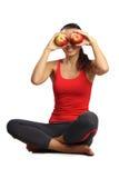 Las manzanas hermosas de la sentada y del asimiento de la mujer acercan a ojos Imagen de archivo libre de regalías