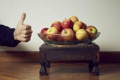 Las manzanas manosean con los dedos para arriba Fotografía de archivo libre de regalías
