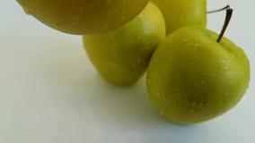 Las manzanas ponen verde el dulce mojado, tiroteo a cámara lenta del goteo antioxidante de la comida almacen de video