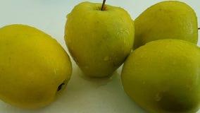 Las manzanas ponen verde el dulce mojado, tiroteo a cámara lenta del goteo antioxidante delicioso de la comida almacen de metraje de vídeo