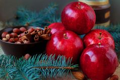 Las manzanas rojas para una Navidad se apelmazan con la harina nuts y los huevos en canela atavían ramas Fotos de archivo