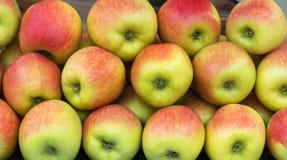 Las manzanas rojas y verdes apilan en un fondo completo del capítulo imagen de archivo libre de regalías