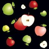 Las manzanas rojas y verdes cortaron por la mitad con base y las semillas Modelo inconsútil en fondo negro Imagen de archivo