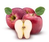 Las manzanas rojas y verdes una cortaron por la mitad con la hoja con descensos del agua Imagen de archivo