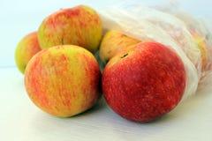 Las manzanas se embalan en un bolso transparente El concepto de consumici?n sana imagen de archivo