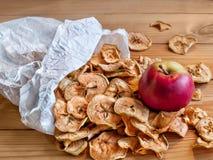 Las manzanas secadas y frescas mienten en una bolsa de papel Foto de archivo libre de regalías