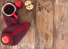 Las manzanas, taza reflexionaron sobre el vino y calcetines calientes. Imagen de archivo libre de regalías