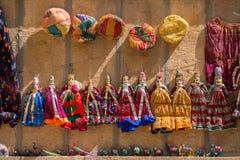 Las marionetas de Rajasthán del recuerdo que cuelgan en la calle hacen compras Imagen de archivo
