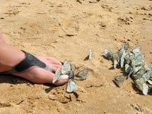 Las mariposas blancas se sientan en la muchacha del pie Imagen de archivo libre de regalías