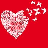 Las mariposas doblaron el corazón en un fondo rojo Fotografía de archivo libre de regalías