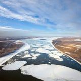 Las masas de hielo flotante de hielo flotantes están derivando en el gran río Imagenes de archivo
