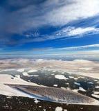 Las masas de hielo flotante de hielo flotantes están mandilando en el gran río Foto de archivo