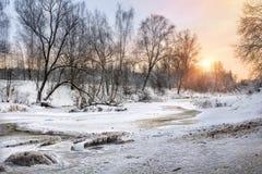 Las masas de hielo flotante del río y de hielo de Vorya con los pequeños carámbanos Fotografía de archivo